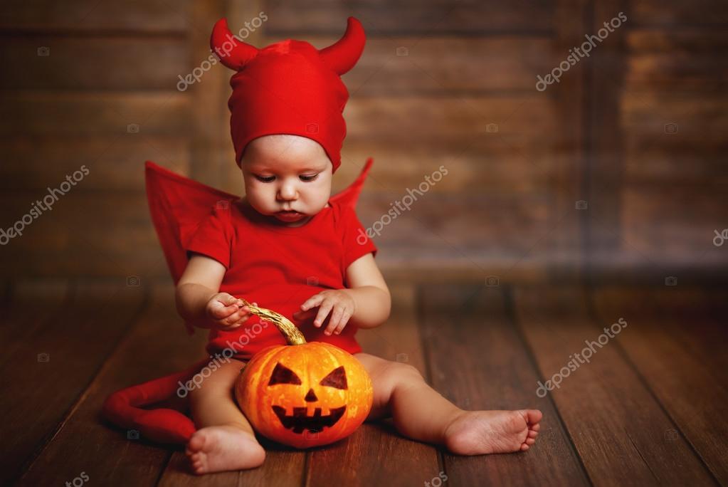 Halloween Bebe funny baby in devil halloween costume with pumpkin — stock photo