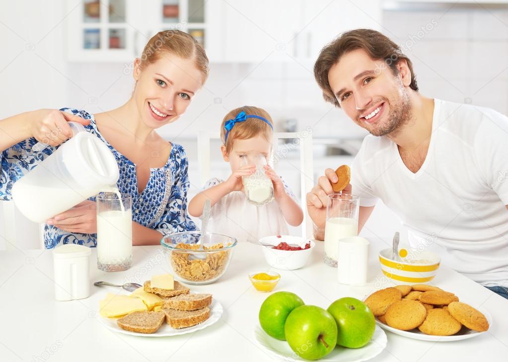 Feliz Madre De Familia, Padre, Hija Niño Desayunando