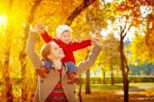 Fotografie glückliche Familie: Mutter und Kind kleine Tochter spielen Kuscheln auf