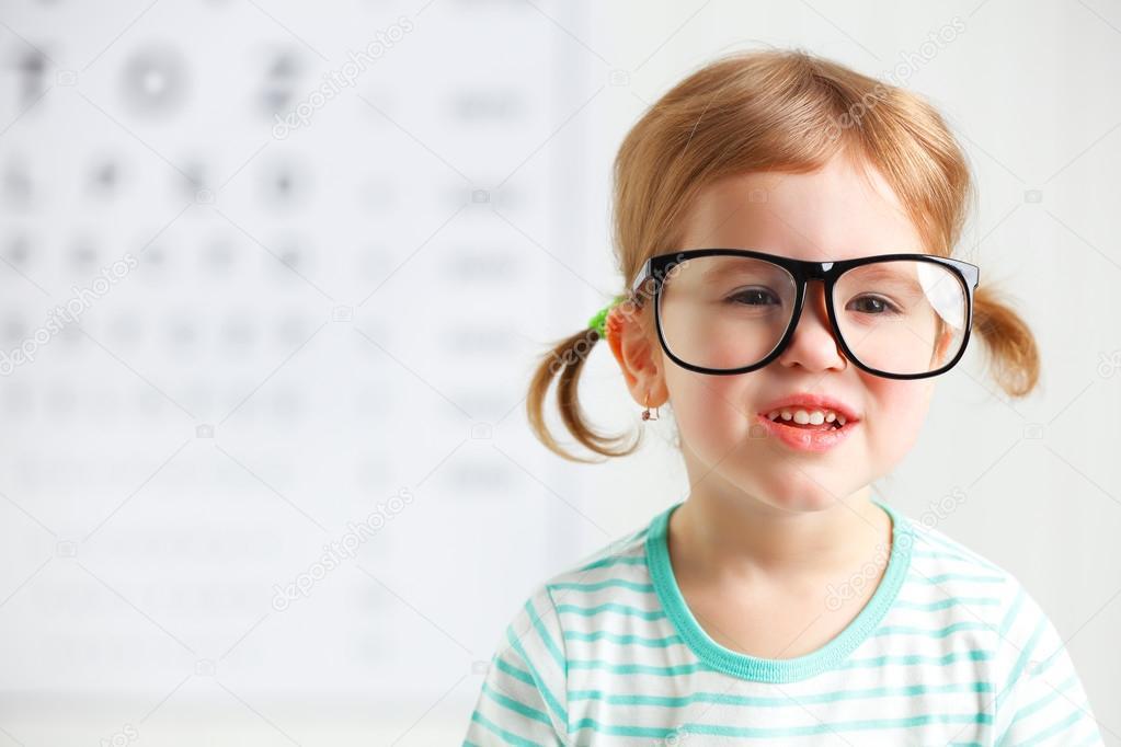 32b06c97a66431 Concept visie testen. kind meisje met bril op de arts oogarts — Foto van ...