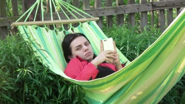 Děvče usne v houpací síti