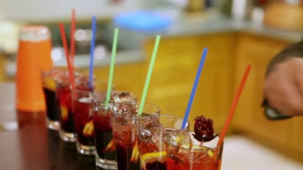 mehrere alkoholische Cocktails