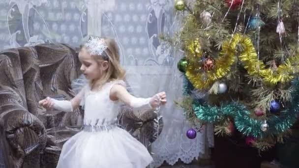 Mädchen in Tracht am Weihnachtsbaum