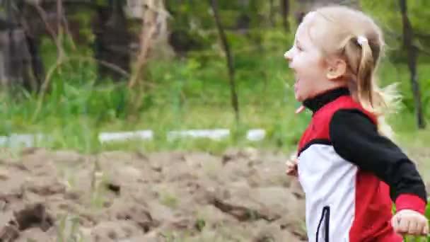 Lány fut a kertben