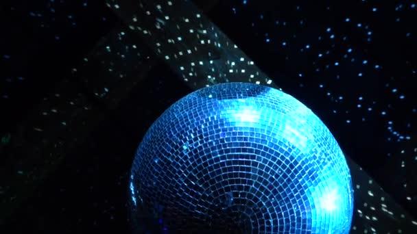 Zrcadlová disco koule pod stropem