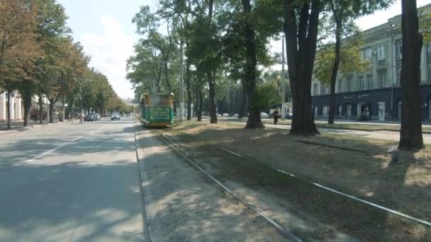 Retro tramvajová linka číslo 1 ve městě Dnepr Dněpropetrovsk s nápisem v ukrajinštině První tramvaj rodného města