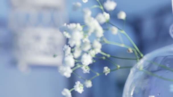 Dekorativní svícen a květiny