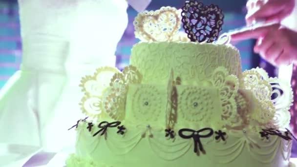 nevěsta a ženich, krájení dortu