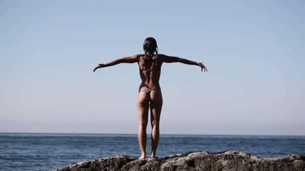 Dívka, která skočila ze skály do moře