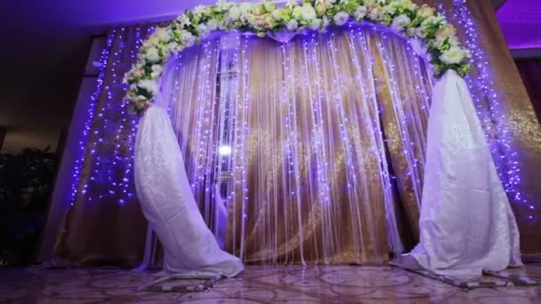 Pohled zdola svatební obřad
