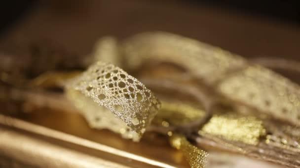 Stuha zlatá barva