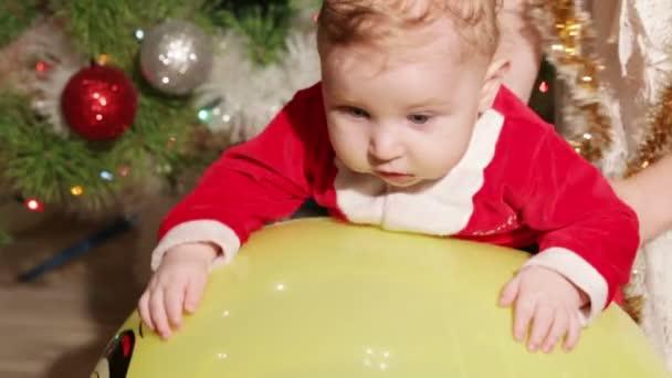 Kind auf Massage ball