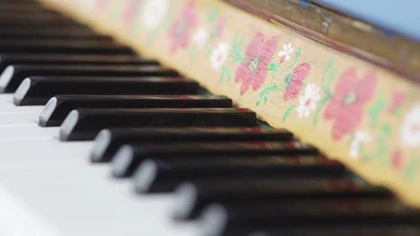 starožitný klavír