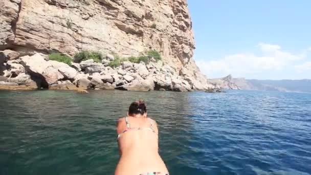 Dívka jumpings v moři