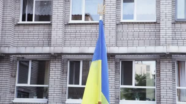 Ukrajinská vlajka školním dvoře