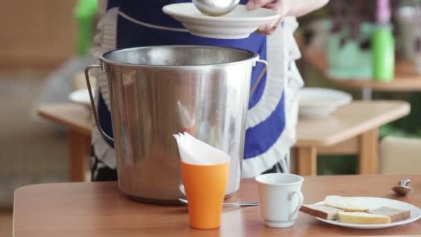 Nalití polévky