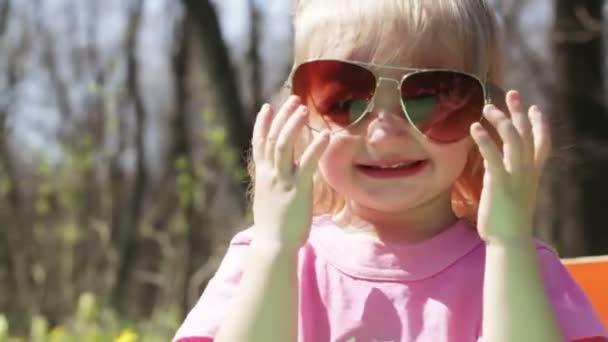 Kinder s brýlemi