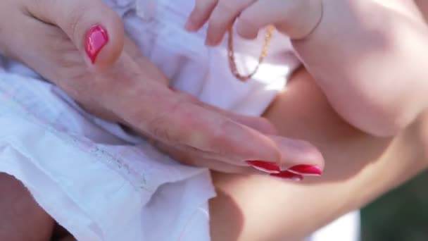 Mother newborns hand