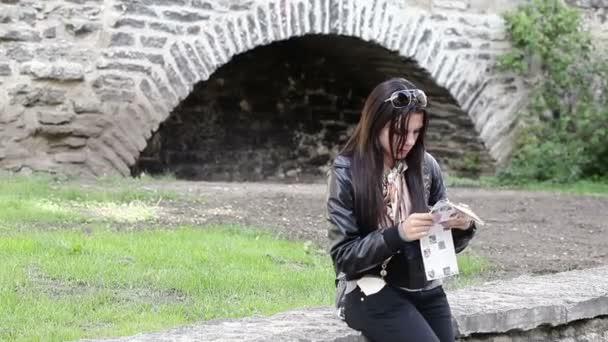 Dívka turisty s mapou