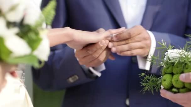 Exchanginge di anelli di nozze