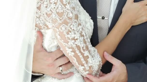 Sposi di mani con anelli