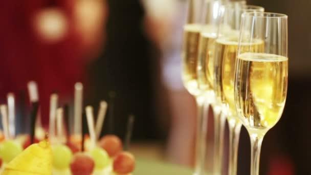 Plnění lahví šampaňského na banket