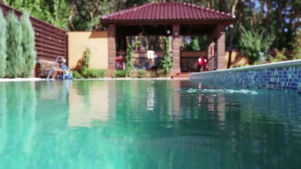 Schwimmbad mit Wasser im Garten