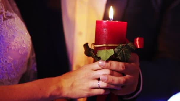 Candele di cerimonia nuziale in mani