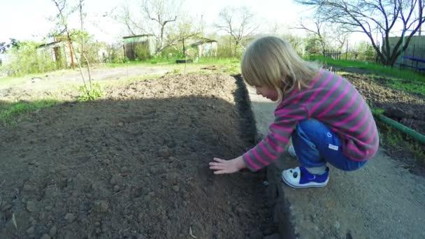 dívka v zahradě
