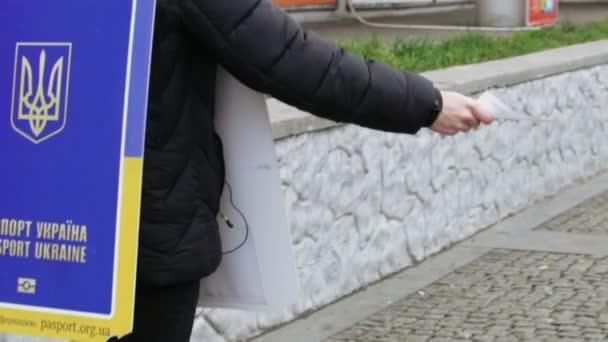 Distribuce letáků v ulici