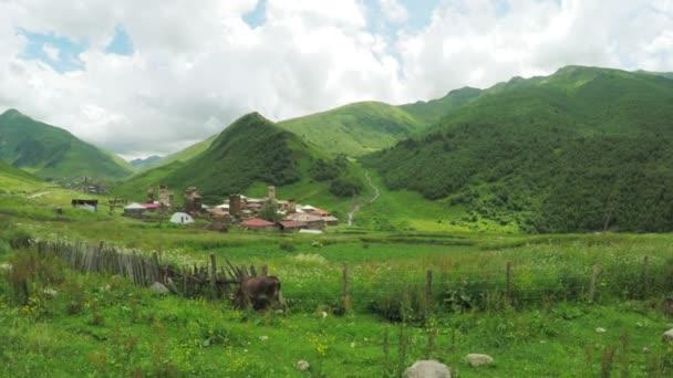 Horské vesnice nedaleko řeky