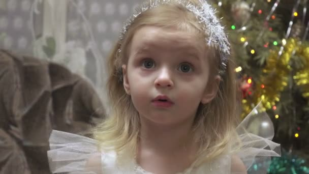 Mädchen im Kostüm am Weihnachtsbaum