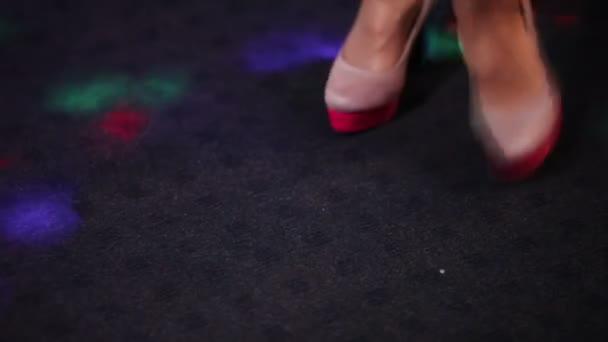 Tančící nohy na banket