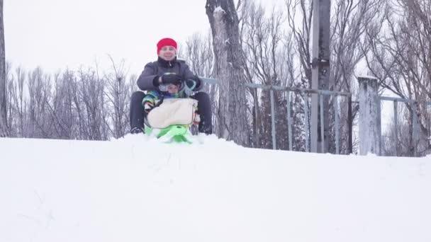 Vater und Kind im Schnee