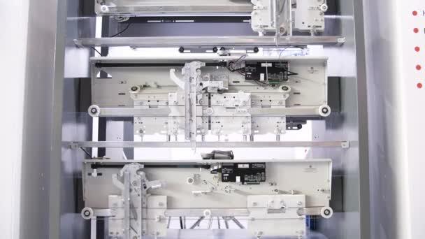 A kiállítás bemutatja, hogy működik a lift. A média. Ipari kiállítás modern technológiákkal: új, biztonságos emelőszerkezet mozgó fém kábelekkel.