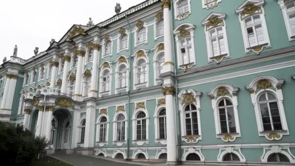 Spodní pohled na úžasnou barevnou fasádu slavné historické budovy. Akce. Petrohrad, Rusko, Zimní palác a fasáda muzea poustevnictví.