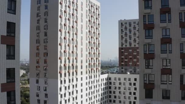 Moderní bytový komplex. Akce. Letecký pohled na vysoké budovy s pestrobarevnou fasádou, koncept ubytování a urbanizace.