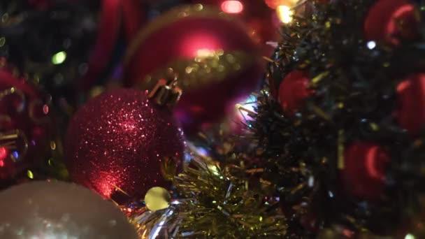 Garland s vánočními vílami a stromečky. Koncept. Šumivá dekorace na umělém smrku, Nový rok dovolená.