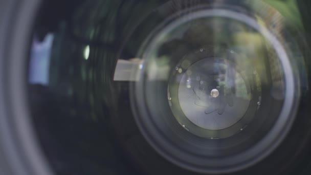 Kameraobjektiv-Blende aus nächster Nähe. Handeln. Außenansicht eines professionellen Kameraobjektivs mit geschlossener Blende.