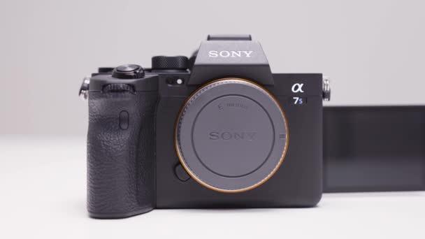 RUSSLAND, MOSKAU-DEZEMBER 2020: Neue Sony-Kamera auf weißem Hintergrund. Handeln. Die neueste Profi-Kamera von Sony mit den besten Eigenschaften. Sony a7s III Kamera für professionelle Foto- und Videoaufnahmen