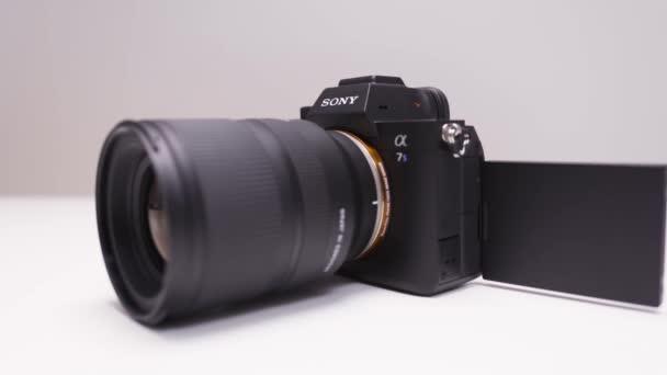 RUSSLAND, MOSKAU-DEZEMBER, 2020: Neue professionelle Sony-Kamera. Handeln. Sony a7s III Kamera mit leistungsstarkem Objektiv und professionellen technischen Eigenschaften. Neue Sony-Kamera auf weißem isolierten Hintergrund