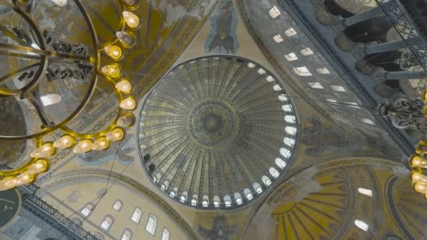Pohled na lustr a kopuli v chrámu. Akce. Pohled zdola na krásný klenutý oblouk v historické mešitě Hagia Sophia. Architektonické památky v Istanbulu