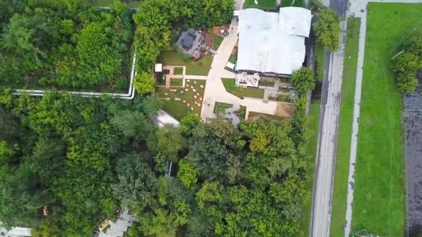 Top kilátás kert fákkal vidéki ház. Készletfelvétel. Zöld kerti fák nőnek a külvárosi ház földjén. Kertészkedés kertvárosi házakban