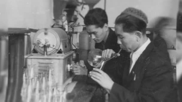 Rusko - Jekatěrinburg, 04.14.2021: staré černobílé fotografie vysokoškolských studentů a mladých vědců v SSSR. Záběry ze skladu. Chytré sovětské muže a ženy na retro animovaných fotografiích.