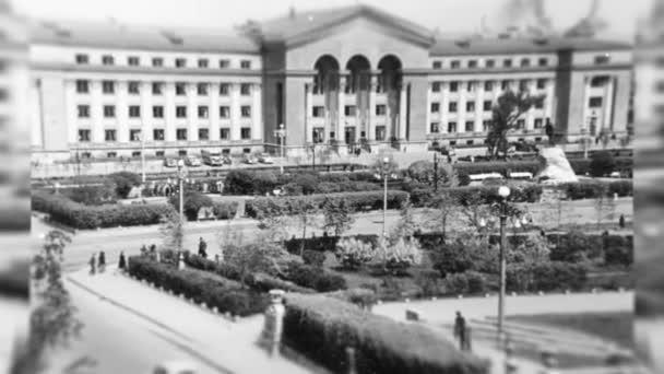 Rusko - Jekatěrinburg, 04.14.2021: panoramatický pohled na univerzitní budovy ve Sverdlovsku v době SSSR. Záběry ze skladu. Studenti a profesoři na černobílých vinobraní fotky.