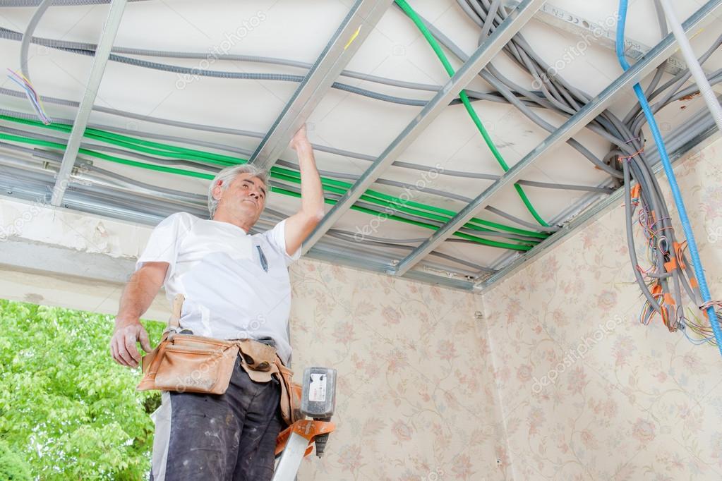 Elektriker, die Verdrahtung einer Garage-Decke — Stockfoto ...