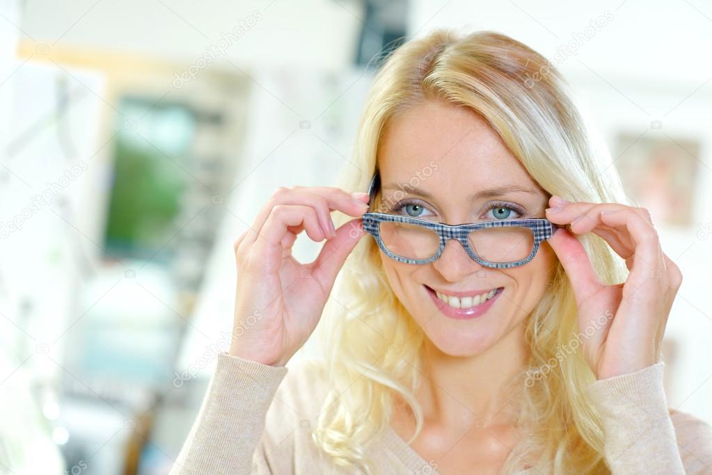 dcb2ece90a083c Tijd om te kopen sommige nieuwe bril — Stockfoto © photography33 ...