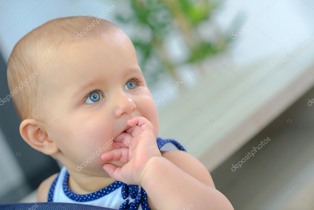 Если малыш сосет большой палец ошиблись