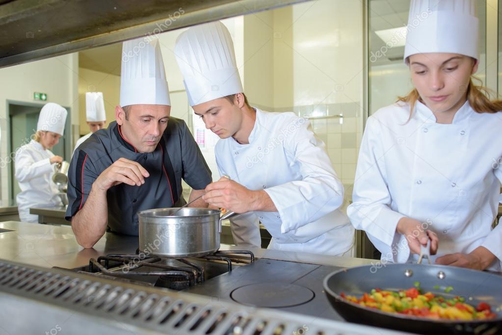 Control trabajo de aprendiz de chef cocina — Foto de stock ...