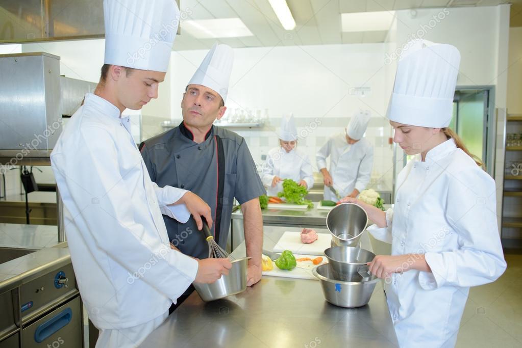 Aprendiz cocina bajo la supervisión de un chef — Foto de stock ...
